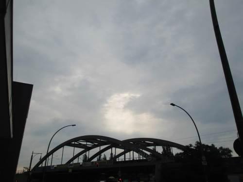 Ansatzweise ist die Sonne zu erahnen.