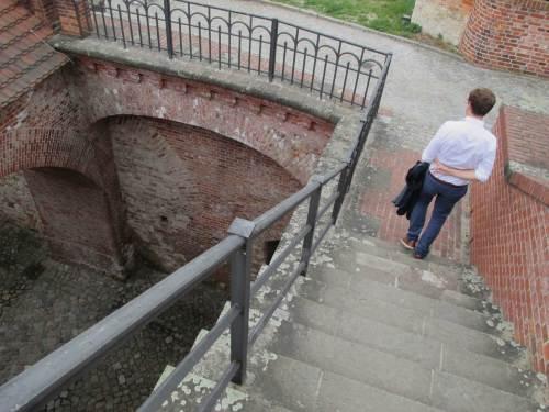 Runter geht`s dann per Steiltreppe ...