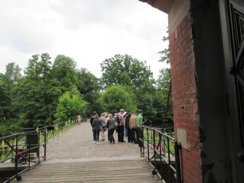 Was klumpen sich die Besucher denn so einseitig da draussen?!