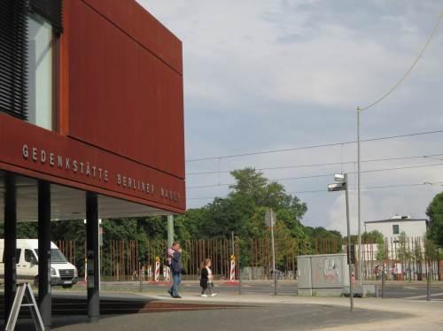 Stahlstäbe - wieder vorbei an der Gedenkstätte Berliner Mauer.
