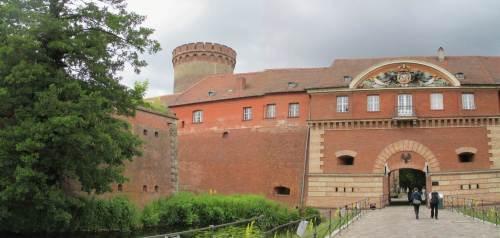 Angekommen, Zitadelle Spandau - Eingang mit Graben, Juliusturm dahinter.