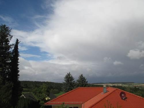 Blick zum Himmel, nachdem wir in Wernigerode, bei unserer prima Unterkunft angekommen sind: Wolkenfront von Osten.