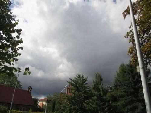 Wieder eine rasch sausende Wolkenfront, mittags - wir lernen damit umzugehen.