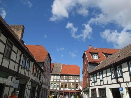 Und zwischen all dem Wolkengeschehen Sonne vom blauen Himmel über der bunten Stadt am Harz.