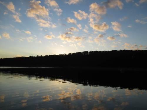 Wolkenspiegelung nach Sonnenuntergang an der Rappbodetalsperre.