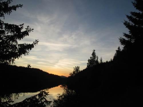 Andern Abends an der Überleitungstalsperre, Feierabend nach Sonnenuntergang.