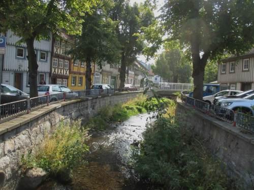 Promenade, Blick bachauf - schicke Struktur, Bäume oben am Straßenrand. Na gut, immerhin ist die so nötige Teilbeschattung gewährleistet.