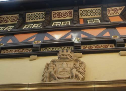 Nicht nur unter den Füßen, auch hoch über dem Kopf, hier am Rathaus, ist die Bachforelle auszumachen.