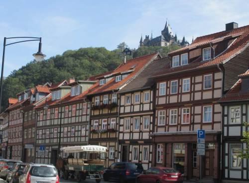"""Hinterherguckend können wir nachvollziehen, warum Wernigerode """"die bunte Stadt am Harz"""" genannt wird. Und von oben blickt das Schloss aufs Ganze."""