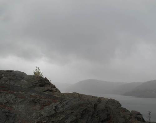 Schon jagen Regenschwaden über den Edersee - ganz trocken werde ich es bis zum Wanderweg nicht schaffen.