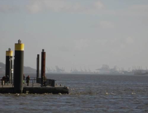 Kabbelwasser am Anleger Willkomm-Höft, im Hintergrund Container-Kräne(-brücken).