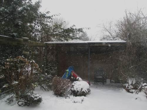 Es schneit weiter, die Rutsche hat erstmal Pause.