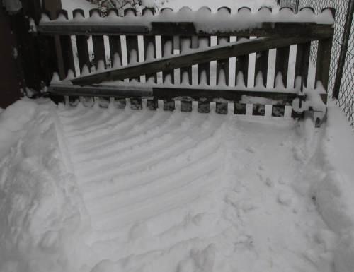Dahinter - Holztor-Schnee-Geometrien.