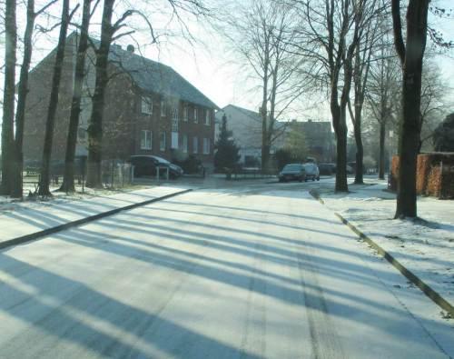 Zurück im Buchenweg - die Sonne hat den Raureif inzwischen weitgehend die Straße pudern lassen.