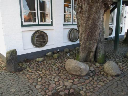 In der Wedeler Altstadt ist eiszeitliches Steinmaterial in Einzelstücken und als buntes Pflaster zu sehen.