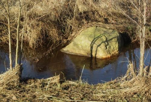 Das Beispiel in grob - pardon, groß. Ein Findling halbiert die Überbreite des Bachprofils - schon zeigt sich turbulente Strömung, die die Bachorganismen benötigen.