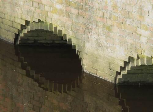 Regenwasserzuläufe, fast als Kunstwerk - hoffentlich wird das Wasser der Wedeler Au gebremst und vorgereinigt zugeführt.