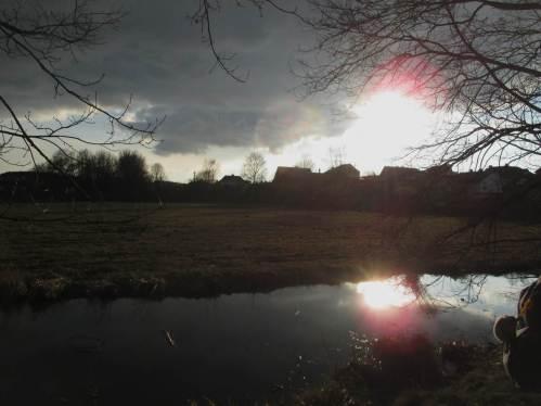 Eine dunkle Wolke mit wieder auftauchender Sonne schafft zum Abschluss einen spannenden Horizont.