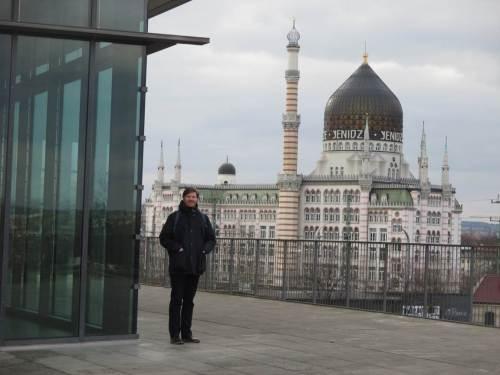 Auf dem Dach des Veranstaltungsgebäudes kann man gut posieren. Das ist keine Moschee.