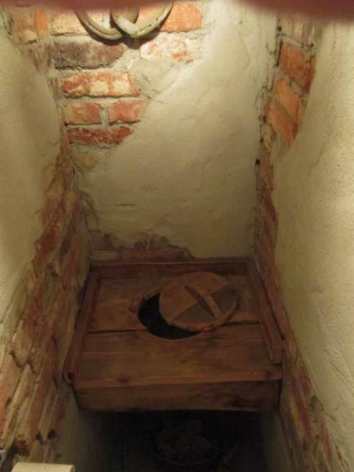 Zum Ende dieses Beitrags: Historisches, fotografiert im Gasthaus unserer Wahl - wassersparende Toilette. :-)