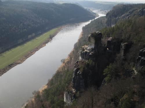 Elbtalblick von der Bastein gen Nordwesten. - Den Fels hat niemand beschnitzt, Erosion hat einen ordentlichen Brocken abgesprengt und in Stücke zerlegt.