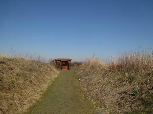 Im Gelände der Carl Zeiss Vogelstation angekommen - sichtgeschützt zwischen Wällen geht`s zu den Beobachtungsstationen.