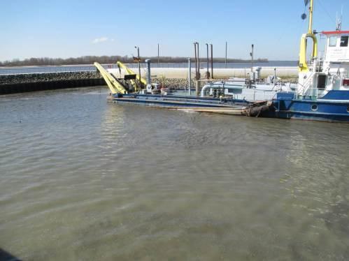 Das Hafensediment wird ordentlich aufgewirbelt.