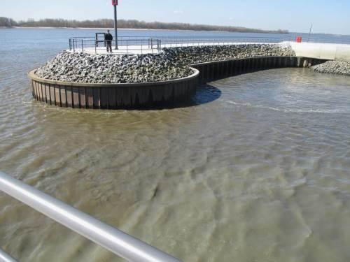 Alle Betrachter vor Ort waren sich einig: zumindest an der Oberfläche bewegt sich das aufgewühlte Material nicht aus dem Hafen heraus. Hoffen wir mal, dass das am Grund anders aussieht.
