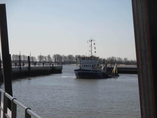 Ich verabschiede mich vom Elbeufer - Blick zurück.