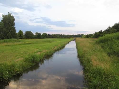 Oha, dieser Kanal will ein Bach, ein kleiner Fluss sein? Da gilt es aber Einiges zu verbessern.