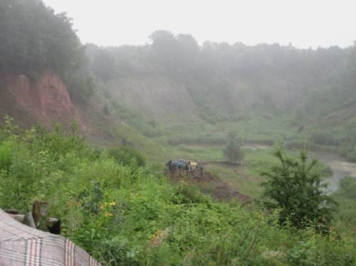 Dunst liegt über der steilwandumgebenen, tiefen Grube. Ohne Wasserhaltung wäre hier ein Baggersee.