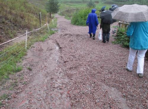 Die Zuwegung über Glensanda-Kies ist ausgezeichnet. So ganz ungeschoren haben die Gewitterschauer den Weg allerdings nicht gelassen. Demnächst sind die Erosionsrinnen wieder beseitigt.