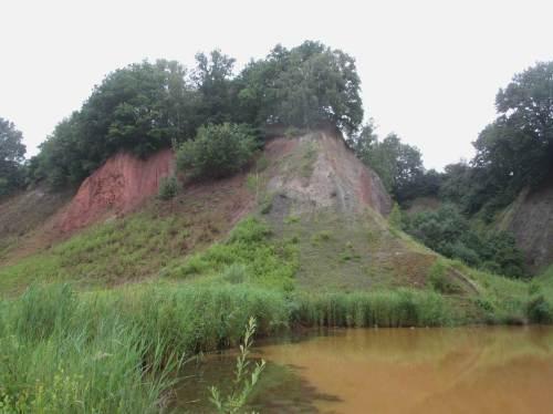 """Beeindruckende Formationen bis hin zu uralten geologischen Schichten - mal senkrecht nebeneinander, mal schichtweise """"ordentlich"""" übereinander - auch verdrehte, gar umgekehrt liegenden Anordnungen sind hier auf begrenztem Raum zu bestaunen."""