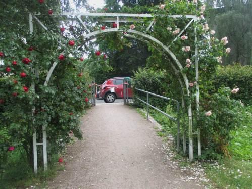 Aber, was ist das - der freundliche Rosenbogen-Eingang, versperrt durch Flatterband? Raus gehen wir aber doch.