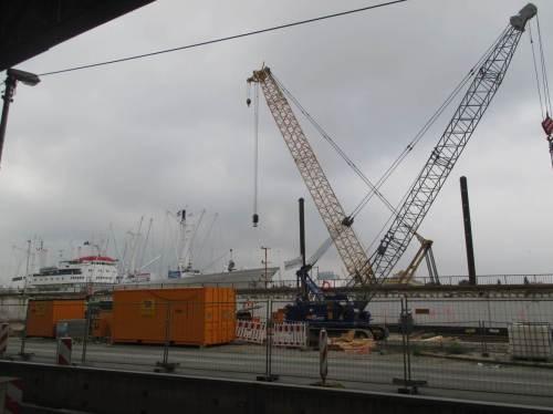 Vorbei an der beeindruckenden Baustelle Hochwasserschutz, die die touristische Begegnung mit Elbe und Hafen mit eingeplant hat.