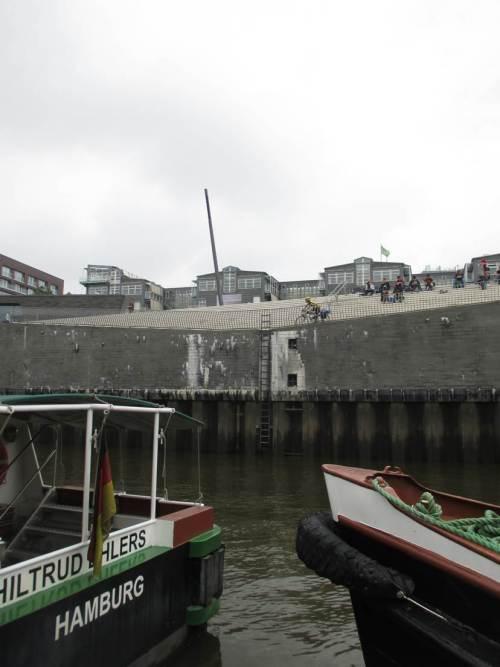 Fast an Bord - fast Tideniedrigwasser, oha, steil hoch geht der Blick! So ein Hafen mit in grossen Teilen tief liegenden alten Zentrumsteilen muss schon allerhand Sicherheitsaufwand gegen Sturmfluten treffen.