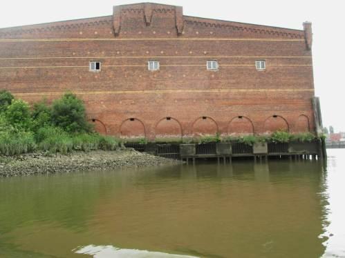 Und im Osten wieder raus, in den Saalehafen - Blick auf ein Zeugnis grausamer Vergangenheit. Hier waren Inhaftierte des KZ Neuengamme für Arbeiten im Hafen untergebracht.