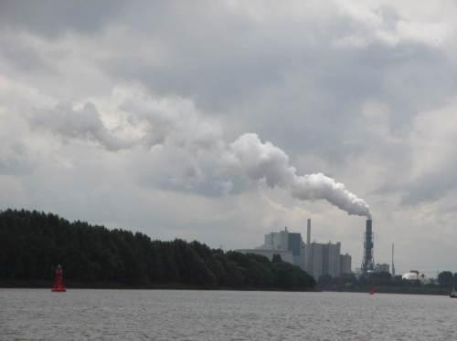 Kohlekraftwerk Moorburg mit aufgezwungenem Flach-Kühlturm. Immerhin benötigt das riesige Kraftwerk bei niedrigem Elbeabfluss mehr als die Hälfte der Süderelbe-Wasserführung zum Kühlen.