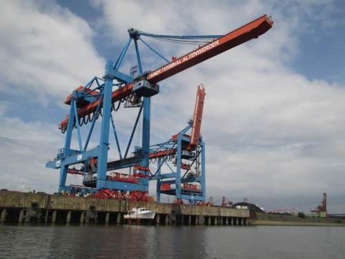 Containerterminal Altenwerder. Der gigantische Ladekran bringt ein Sportboot zu Wasser.