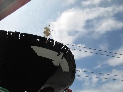 Natürlich floriert der Containerverkehr, die großen Schiffe können - erkennbar auch ohne weitere Elbvertiefung - abgefertigt werden. Ganz klein staunen wir hinauf.