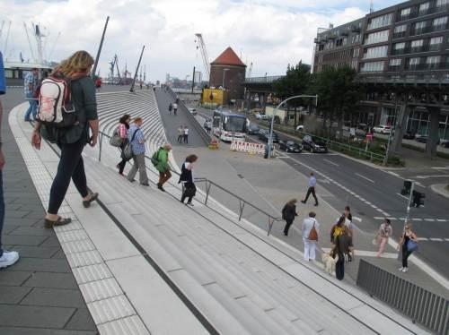 Nun müssen wir wieder runter - ist aber auch irre hoch, dieser Schutz für die Stadt.