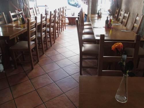 Beim Portugiesen warten die reservierten Tische - Essen und Trinken.