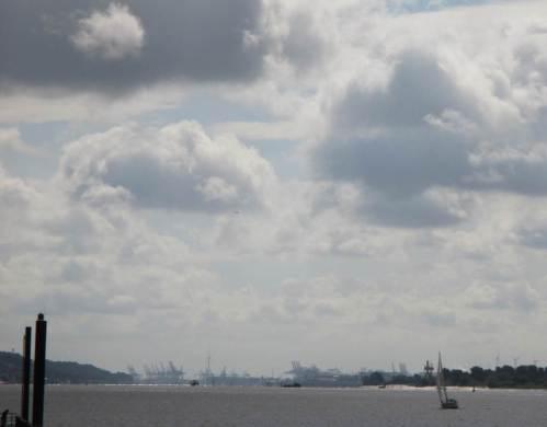 Blick gen Osten von der Hafenmole aus: Hamburgs Containerkräne der Westhäfen grüßen.
