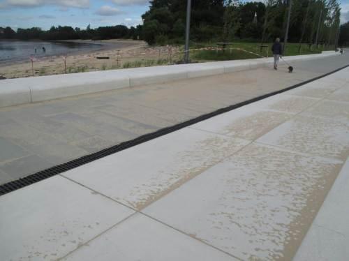 Wind und Wellen (bei höheren Fluten) tun, was sie nicht lassen können: Sandeintrieb auf die Westseite der Hafeneinfassung.