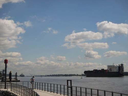 Wo immer der Paddler geblieben ist, der Containerfrachter zieht weiter seines Weges gen Hamburg - am Horizont ist noch ein früherer, größerer zu sehen.