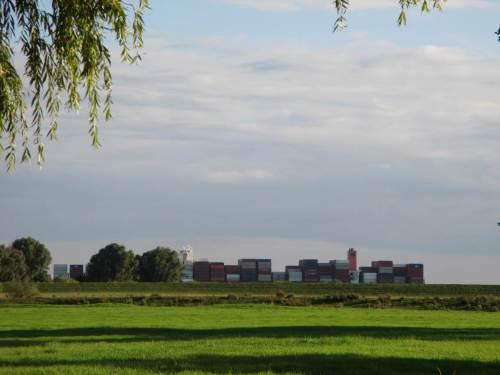 Containermassen ziehen - bei ablaufend Wasser - stromauf, Hafen Hamburg als Ziel.
