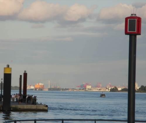 Ah, ganz da hinten das Gelbe, das ist der vorhin gesehene Containerriese - inzwischen fast an seinem Liegeplatz angekommen.