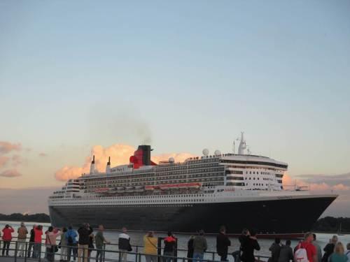 Hoch über uns reisen die Passagiere der Queen Mary 2 an uns vorbei - bye bye!