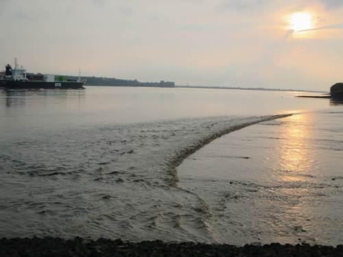 Anschliessend wird das Wasser scharf vom Strand weggesogen.