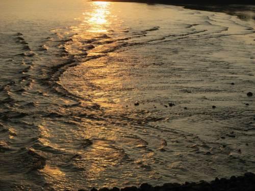 Schon zieht der Sog das Wasser wieder vom Strand weg.